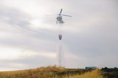 De Brandbestrijder Helicopter Dropping van de Spainsh zoals-355N Civiele Bescherming royalty-vrije stock foto's