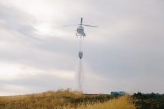 De Brandbestrijder Helicopter Dropping van de Spainsh zoals-355N Civiele Bescherming stock afbeelding