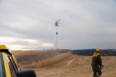 De Brandbestrijder Helicopter Dropping van de Spainsh zoals-355N Civiele Bescherming royalty-vrije stock afbeelding