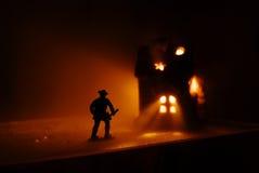 De brandbestrijder loopt op het branden Stock Foto