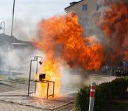 De brandbestrijder toont combinatie tussen kerosine aan en wat Stock Foto