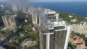 De brandbestrijders bestrijden een brand met een water op hoogste vloer van hoogte bouwend luchtmening Odessa, de Oekraïne stock video