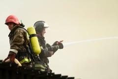 De brandbestrijders dooft een brandend restaurant Royalty-vrije Stock Afbeelding