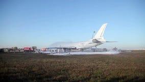 De brandbestrijders doven de brand in de luchthaven stock footage
