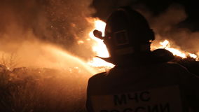 De brandbestrijders doven een vlam van brand stock videobeelden