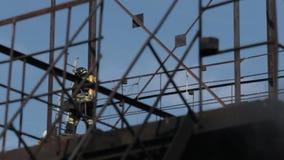 De brandbestrijders in gasmaskers doen hun werk tijdens stock videobeelden