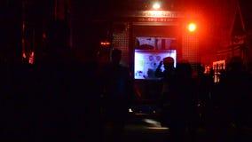 De brandbestrijders met brandvrachtwagen gaan naar brandkraan bij huis waren op brand stock video