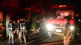 De brandbestrijders met brandvrachtwagen gaan naar brandkraan bij huis waren op brand stock footage