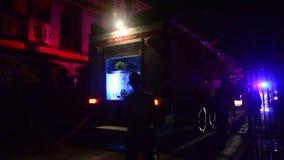 De brandbestrijders met brandvrachtwagen gaan naar brandkraan bij huis waren op brand stock videobeelden