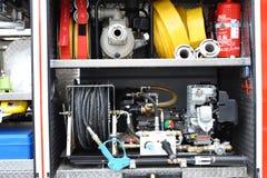 De brandbestrijders steken de uitrusting van ongevallenhulpmiddelen in brand Stock Fotografie