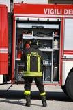 De brandbestrijders treffen voor de hulpmiddelen van de vrachtwagen voorbereidingen tijdens een serio royalty-vrije stock afbeeldingen