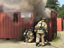 De brandbestrijders treffen voorbereidingen om opleidingsscenario in te gaan Royalty-vrije Stock Afbeeldingen