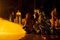 De brandbestrijders vallen aan Stock Afbeeldingen