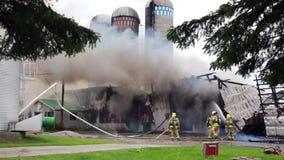 De brandbestrijders vechten silobrand stock footage