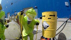 De brandbestrijders verzegelen lek van gevaarlijke corrosieve giftige materialen Stock Foto's