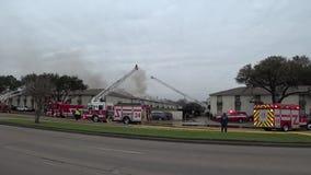 De brandbestrijding in het gebouw, het dak van het huis brandt stock footage