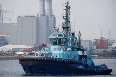 De Brandbestrijding Tug Lomax Sailing van ASD op Southampton Water royalty-vrije stock afbeeldingen