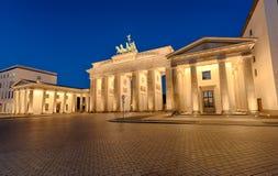 De Brandenburger-Piek in Berlijn bij nacht stock fotografie