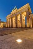 De Brandenburger-Piek in Berlijn bij nacht stock afbeelding