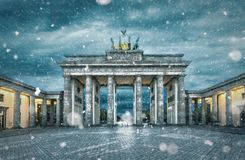 De Brandenburger-Piek tijdens een sneeuwstorm stock afbeeldingen