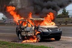 De brandende auto van de brand Stock Foto's