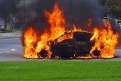 De Brandende Auto van de brand. Geavanceerd stadium van een brand Royalty-vrije Stock Afbeeldingen