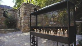 De brandende kaarsen bij heilig standbeeld in Turkije 4K stock footage