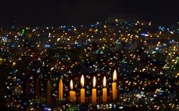De brandende kaarsen zijn traditioneel symbool voor Hebreeuwse Vakantie Stock Foto's