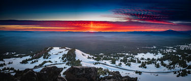 De Brandende Wolken bij Kratermeer Stock Afbeeldingen