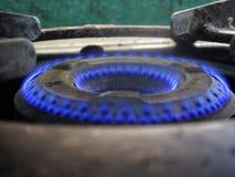 De brander die van het keukengasfornuis in donkerblauwe kleurenvlammen vlammen Nice om het in close-uphoek te zien Royalty-vrije Stock Afbeelding