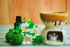 De brander van de Aromatherapyetherische olie op de houten lijst met bergamot en bloem royalty-vrije stock afbeeldingen