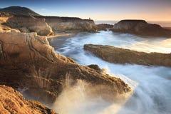 De branding van de avond op de kust van Californië Royalty-vrije Stock Foto's