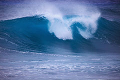De brandingsschommelingen van het onweer tegen de kust van Oahu royalty-vrije stock afbeeldingen