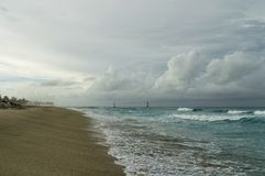 In de brandingsstreek van de Atlantische Oceaan, gordijnen, waternevel over de kust, wolkendekking, oude vuurtoren twee in stock foto's