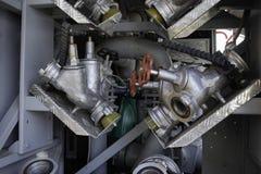 De brandlentes worden met drie richtingen opgezet op onderstellen in een compartiment van de brandvrachtwagen royalty-vrije stock foto's