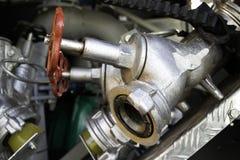 De brandlentes worden met drie richtingen opgezet op onderstellen in een compartiment van de brandvrachtwagen royalty-vrije stock afbeeldingen