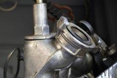 De brandlentes worden met drie richtingen opgezet op onderstellen in een compartiment van de brandvrachtwagen royalty-vrije stock foto