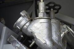 De brandlentes worden met drie richtingen opgezet op onderstellen in een compartiment van de brandvrachtwagen royalty-vrije stock afbeelding