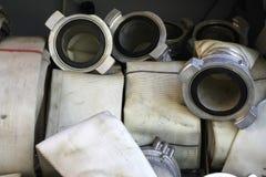 De brandslangen zijn in het compartiment van de brandvrachtwagen stock foto's
