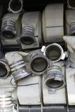 De brandslangen zijn in het compartiment van de brandvrachtwagen stock afbeeldingen