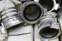 De brandslangen zijn in het compartiment van de brandvrachtwagen, de hoofden dichte omhooggaand van de brandslangverbinding royalty-vrije stock afbeelding