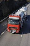 De brandstof-vrachtwagen op gaat stock afbeelding