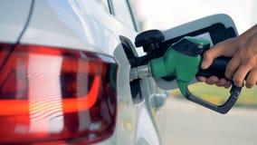 De brandstofpijp wordt in de automobiele tank die van ` wordt opgenomen s Brandstof, benzinestation, het concept van benzineprijz stock footage