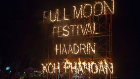 De brandteken van de volle maanpartij op het strand van Haad Rin in eiland Koh Phangan, Thailand stock afbeeldingen
