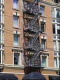 De brandtrap leidt tot interessant patroon op een gebouw Stock Foto