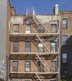 De Brandtrap van het baksteenFlatgebouw in New York royalty-vrije stock foto's