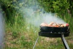 De brandvlammen die van het vuurkampvuur lapje vlees op BBQ roosteren Stock Fotografie