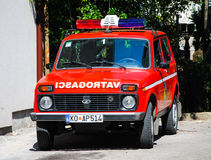 De brandvrachtwagen is op plicht in Kotor Stock Foto's