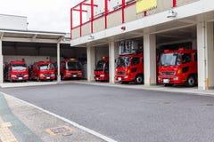 De brandvrachtwagens zijn in de garage stock afbeeldingen