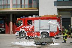 De brandweerlieden doven een gesimuleerde brand tijdens een oefening in hun Royalty-vrije Stock Fotografie